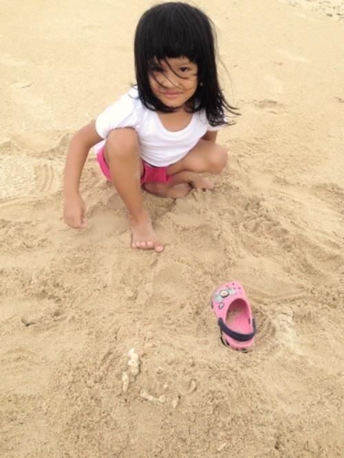 Kesampaian juga main pasir